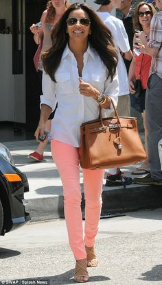 Simple white shirt, colored jeans and a Birkin, love! And of course, it is Eva Longoria. Pink Jeans, Look Fashion, Fashion Outfits, Womens Fashion, Fashion Scarves, 1950s Fashion, Fashion Fashion, Vintage Fashion, Outfits