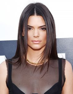 8 Ways to Style Center-Parted Hair, Courtesy of Kendall Jenner Kendall Jenner Hair Color, Kendall Jenner Make Up, Kylie, Sleek Hairstyles, Straight Hairstyles, New Hair 2018, Silk Base Wig, Parting Hair, Hair Fixing