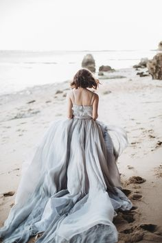 Beach Styled Shoot With Elegant Dried Flowers - The Wedding Notebook magazine Fire Wood, Wedding Notebook, Cascade Bouquet, Beach Shoot, Blue Tones, Dried Flowers, Bridal Gowns, Lavender, Chiffon