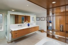 geräumiges Badezimmer mit Bambusmöbel und weißer Keramik