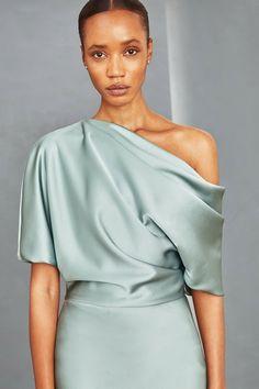 Fluid Satin off-one-shoulder draped bodice gown with bias column skirt. Shown in Jade. Trendy Fashion, Vintage Fashion, Fashion Tips, Fashion Design, Fashion Details, Fashion Hair, 80s Fashion, Fashion Bloggers, Boho Fashion