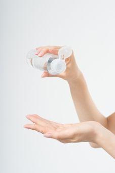 化粧水を手にのせる女性(パーツ)1