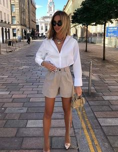 Let's see my favorite street style ideas how to wear white shirts this Summer. I bring a full guide on how to wear this top in real life. Mode Outfits, Short Outfits, Trendy Outfits, Summer Outfits, Fashion Outfits, Womens Fashion, Fashion Tips, Fashion Hacks, Fashion Images