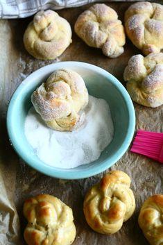kristallipulla kuorrutetaan hienolla sokerilla Dessert Recipes, Desserts, Doughnut, Sausage, Muffin, Meat, Breakfast, Food, Candies