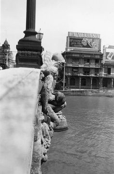 Figures on the Jones Bridge, Uy-Chaco Building, Manila, Philippines. East side of bridge looking north. Philippines Culture, Manila Philippines, Philippine Architecture, Jose Rizal, Philippine Houses, Pinoy, History Facts, Vintage Pictures, Old Photos