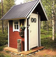 outhouse or chicken coop idea. Outside Toilet, Outdoor Toilet, Outdoor Baths, Outdoor Bathrooms, Backyard Buildings, Backyard Sheds, Building An Outhouse, Outhouse Bathroom, Pump House