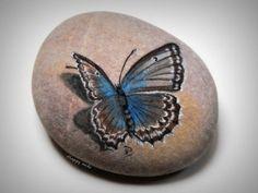 Happy rocks www.galets-peints.frDimension de la pierre : 27 cm.
