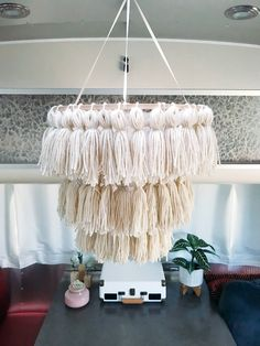 25 Awesome DIY Boho Chandelier Ideas for Special Christmas Diy Crafts To Sell, Home Crafts, Yarn Crafts, Diy Bedroom Decor, Diy Home Decor, Bedroom Ideas, Diy Earrings Easy, Diy Tassel, Tassels