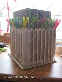 Caja de la parte inferior que sobresale de tubos de periódicos