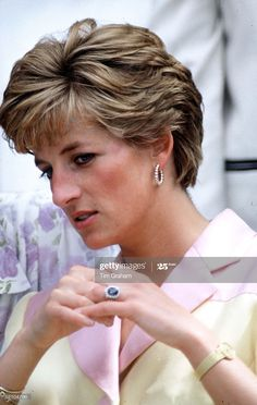 Princess Diana Engagement Ring, Princess Diana Ring, Princess Diana Pictures, Diana Fashion, Lady Diana Spencer, Queen Of Hearts, Cute Hairstyles, Perm Hairstyles, Most Beautiful Women