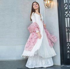 Pakistani Fashion Casual, Pakistani Dress Design, Pakistani Outfits, Indian Fashion, Pakistani Models, Pakistani Actress, Stylish Dress Designs, Stylish Dresses, Casual Dresses