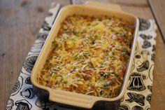 Omdat wij zo gek zijn op ovenschotels hebben we weer een ovenschotelrecept voor jullie, namelijk: een ovenschotel met gehakt, prei, puntpaprika en aardappeltjes. Tijd: 30-40 min. Recept voor 2 personen Benodigdheden: 5-6 aardappels 1 prei 1 puntpaprika 2 teentjes knoflook 1,5 eetlepel bloem 250 ml melk 50 gram kaas verse bieslook 1 theelepel paprikapoeder 1/4 …