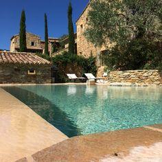 Lauriers roses, cyprès, vieux oliviers, lavandes, romarins, sauges, agapanthes, rosiers rivalisent en couleurs parmi les vieilles pierres pour vous offrir un cadre idyllique et reposant. Deux pisci…