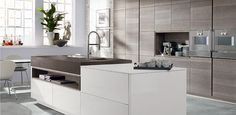 In-Line Siena Wi7-404 oak smoke-grey, combined with InLine Milano in high-gloss white. From Intoto kitchens