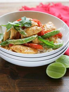 Quick chicken stir-fry with sugar snap peas, capsicum, coriander and boiled rice Easy Chicken Curry, Chicken Stir Fry, Dinner Recipes For Kids, Healthy Dinner Recipes, Quick Recipes, Capsicum Recipes, Pulled Chicken Recipes, Vegetarian Bean Chili, Sugar Snap Peas