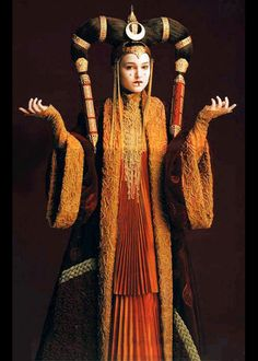 Natalie Portman as Queen Padmé Amidala: The young queen of Naboo at 14 years of age --- Star Wars Episode I: The Phantom Menace, a 1999 American epic space opera film written and directed by George Lucas. Princesse Amidala, Reina Amidala, Queen Amidala, Cosplay Star Wars, Costume Star Wars, L Cosplay, Padme Costume, Queen Costume, Natalie Portman