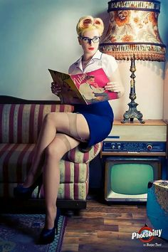 A chance to catch up on some reading, pin-up style. Rockabilly Pin Up, Rockabilly Fashion, Books To Read For Women, Pin Up Models, Modern Pin Up, Retro Pin Up, Pin Up Photography, Pin Up Art, Pin Up Style