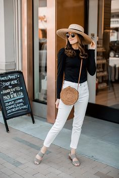 Comfy sandals for spring — girl meets gold black tee and white jeans spring Iranian Women Fashion, Older Women Fashion, Classic Outfits, Stylish Outfits, Fashion Outfits, Classic Style, Girl Outfits, Fashion 2017, Pretty Outfits