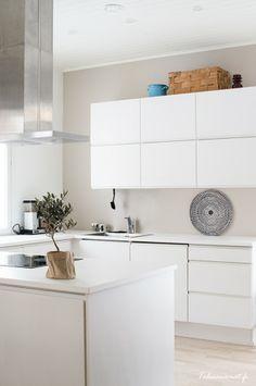 Handle less white kitchen Cosy Kitchen, Scandinavian Kitchen, New Kitchen, Kitchen Decor, Kitchen Design, Modern Kitchen Cabinets, Kitchen Furniture, Kitchen Interior, Small Flat Decor