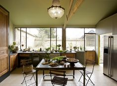 Fenêtre plein cadre / Cuisine dans la grande d'une maison de campagne d'ambiance citadine
