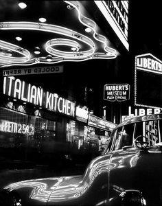 El Times Square, Nueva York, en la lente del fotógrafo Benn Mitchell (1949).