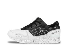 Evolved monochromatic coloring is seen through this Gel-Lyte™ III model. Split tongue design, black and white coated leather upper, and distinctive shadow stripes sitting atop a speckled midsole.