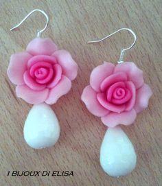 Orecchini con rosa in fimo e goccia di agata bianca