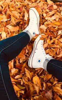 Fall photoshoot fall leaves - Autumn and Books - Fall Pictures, Fall Photos, Fall Pics, Autumn Photography, Creative Photography, Autumn Cozy, Fall Winter, Ft Tumblr, Autumn Aesthetic