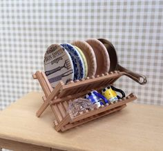 Wooden dish drying rack - Escurreplatos de madera. 1:12 scale Dollhouse Miniature