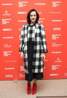 Jena Malone wears a gingham crop top, gingham coat, midi skirt, and red booties Jena Malone, Riley Keough, Red Booties, Lily Rose Depp, Sundance Film Festival, Celebs, Celebrities, Winter Looks, Look Chic