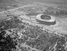 El Estadio Azteca en 1968, con el pueblo de Santa Úrsula en primer plano.