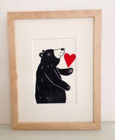 """Der """"verliebte Bär"""" ist ein kleiner, feiner, handgefertigter Linoldruck - für Bärenliebhaber, Verliebte, fürs Kinder- oder Wohnzimmer.... Größe: Blatt DinA 5/ 14,8 x 21,0 cm Druck ca. 12,5..."""
