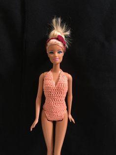 Maio para Barbie / croche - LiiArt Blog Crochet, Doll Videos, Crochet Barbie Clothes, Barbie Patterns, Barbie Friends, Barbie And Ken, Barbie Dress, Crochet Fashion, Short Outfits