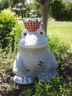 Blumiger Froschkönig, einer der Frösche die ich bereits gefertig habe. Bestehend aus glasierter Keramik 32cm hoch, frostsicherem Mosaik.