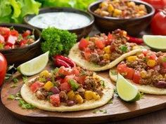 Tortillas with chili con carne and tomato salsa. Mexican Dishes, Mexican Food Recipes, Soup Recipes, Cooking Recipes, Ethnic Recipes, Recipies, Enchiladas, Las Vegas Food, Frijoles Refritos