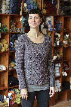 CatherinePullover : J'aime l'encolure, le joli détail de la bordure des manches qui continue en torsade