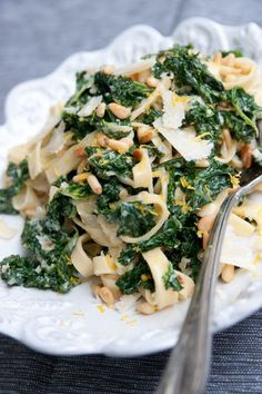 Cale and pine nuts pasta Veggie Recipes, Pasta Recipes, Vegetarian Recipes, Cooking Recipes, Healthy Recipes, I Love Food, Good Food, Yummy Food, Lunches And Dinners