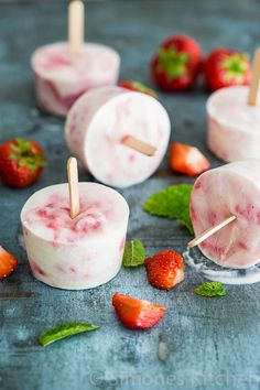 Strawberry raspberry yoghurt popsicle is part of Yogurt popsicle recipes What& not to love if you can have delicious and fairly (it is a popsicle people!) healthy popsicles Love these! Köstliche Desserts, Delicious Desserts, Yummy Food, Healthy Popsicles, Healthy Snacks, Yogurt Popsicles, Raspberry Popsicles, Healthy Tips, Healthy Eating
