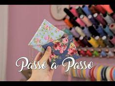 Mini Carteira (Pronta em 3 Minutos) | Passo a Passo - YouTube Sewing Courses, Mini Purse, Small Bags, Needlework, Patches, Make It Yourself, Purses, Creative, Fabric