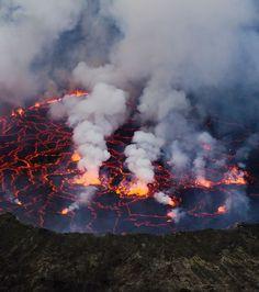 Nyiragongo (République démocratique du Congo) : ce volcan émet la lave la plus fluide au monde, et est le plus dangereux d'Afrique.