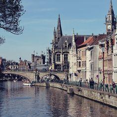 O pessoal em Gent na Bélgica já deve estar com saudades dos dias como este com sol e um calorzinho.  . . . #belgica #belgium #belgique #gent #ghent #flanders #visitflanders #UNESCO #architechture #riverside #arquitetura #summer #sunny #travel #travelblogger #travelgram #travelphotography #instatravel #wanderlust #travelblog #traveltheworld #travelpics #travelphoto#viagem #turismo #dicasdeviagem#blogdeviagem #ferias