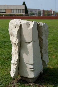 Escultura em pedra de Paulo Neves, na Universidade de Aveiro.    Fotografia de Isabel Costa.
