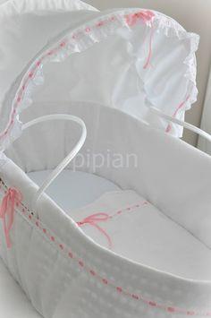 Alcofa em palhinha, com forro personalizado. www.facebook.com/pipianatelier