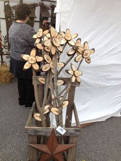 Wooden Flowers for the yard – Holz Wooden Projects, Wooden Crafts, Diy And Crafts, Diy Projects, Wood Slice Crafts, Wood Flowers, Into The Woods, Wood Creations, Wooden Art