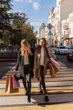 5 schlechte Shopping-Angewohnheiten – und wie man sie wieder loswird Sie shoppen zu viel, zu teuer und häufig das Falsche? Wir verraten Ihnen, wie Sie typische schlechte Shopping-Angewohnheiten schnell wieder loswerden. Marlene Jeans, Boyfriend Jeans Kombinieren, Summer Girls, Hot Girls, Besties, Jeans Trend, Cropped Jeans, Party Friends, University Girl