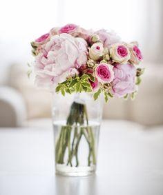 Precioso ramo de novia compuesto de rosas de pitiminí y peonías.