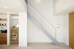 階段と手すりはアイアン素材にグレーで塗装。
