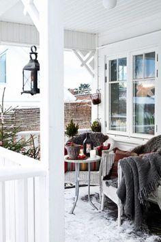 Ꭶå fίxar du ʝuℓstämnίng – 10 snaɓɓa tίps Christmas Bedroom, Christmas Porch, Outdoor Christmas, Xmas, Christmas Planning, Christmas Themes, Winter Porch, Winter Garden, Front Porch Makeover