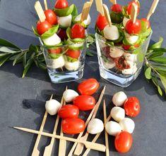 Tomato mozzarella sticks - and brunch Mozzarella Sticks, Tomate Mozzarella, Vegetarian Brunch Recipes, Best Brunch Recipes, Healthy Brunch, Appetizer Recipes, Brunch Appetizers, Food On Sticks, Stick Food