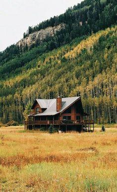 Blockbohlenhäuser www.de/blockbohlenhauser/ – rustic home interior Beautiful Homes, Beautiful Places, Casas The Sims 4, Log Cabin Homes, Log Cabins, Mountain Cabins, Cabins And Cottages, Cabins In The Woods, Country Life